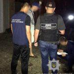 Затримали поліціянта, який змушував чернівчанина красти номерні знаки з автівок