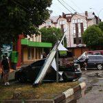 Негода на Буковині. У Чернівцях пошкоджені два автомобілі та автобус, а у Новоселиці – дах у школі