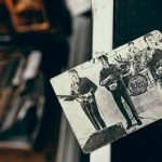 Румунський ром 40-річної витримки, протигаз та бронзовий посуд. Репортаж зблошиного ринку у Чернівцях