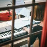 Тиждень вуличної музики триває. Як чернівчани насолоджувались грою Лілії Холоменюк
