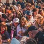 На Центральній площі чернівчан пригощали святковим тортом