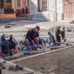 На частині Соборної площі, де триває ремонт дороги, почали перекладати бруківку. Фото