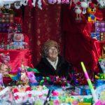 «Від щирого серця і до 800 гривень». Що можна купити та скуштувати на різдвяному містечку у Чернівцях. Фото