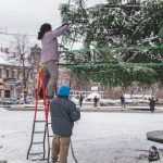 На Соборній площі почали прикрашати головну ялинку Чернівців
