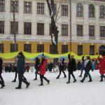 У Чернівцях 800 школярів та учителів гімназії №5 утворили живий ланцюг