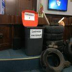 У Чернівцях на сесію міської ради принесли шини та сміттєвий контейнер