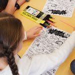 У чернівецькому дитсадку малечі роздавали малюнки-екопам'ятки про шкоду сміття. Фото