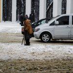 Через снігопад дороги Чернівців перетворилися у брудне місиво. Фото