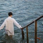 Йорданські купання. Як занурювалися у воду на міському пляжі у Чернівцях. Фото