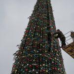 На Соборній площі розбирають ялинку та демонтують різдвяні будиночки. Фото