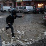 Перейти вбрід. На тротуарах і переходах Чернівців – каша та вода. Фото