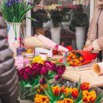 Тюльпани та первоцвіти. На вулицях Чернівців кожен третій із квітами. Фото