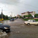 Сильна злива підтопила вулиці Чернівців. Фото, відео
