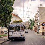 У Чернівцях майже на всіх маршрутах зупинилися тролейбуси