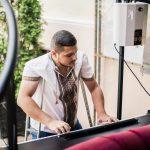 Особливий музикант. Як буковинець з інвалідністю здобуває вищу освіту та водить авто. Відео