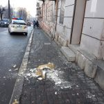 У центрі Чернівців посеред вулиці впав шматок балкона. Фото, відео