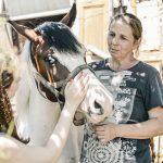 Чернівчанці, яка рятує коней від скотобійні, потрібна допомога із харчами для тварин