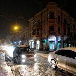 Затори у центрі міста. У Чернівцях випав перший сніг. Фото
