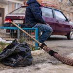 Історія чоловіка з ДЦП, який 16 років працює двірником у Чернівцях. Відео